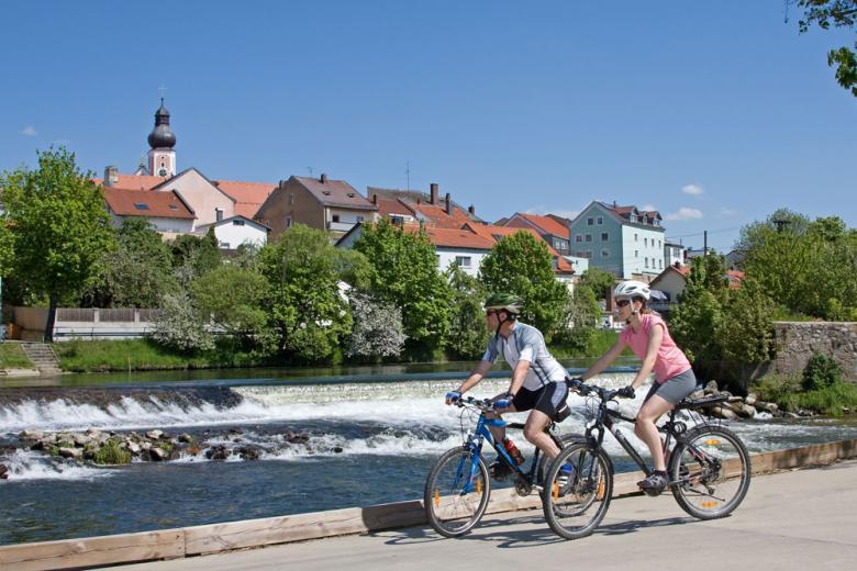 Zahlreiche Flussradwege führen durch das Chamer Land im Oberen Bayerischen Land. Genussradler und Familien mit Kindern schätzen die steigungsarmen und landschaftlich reizvollen Wege.